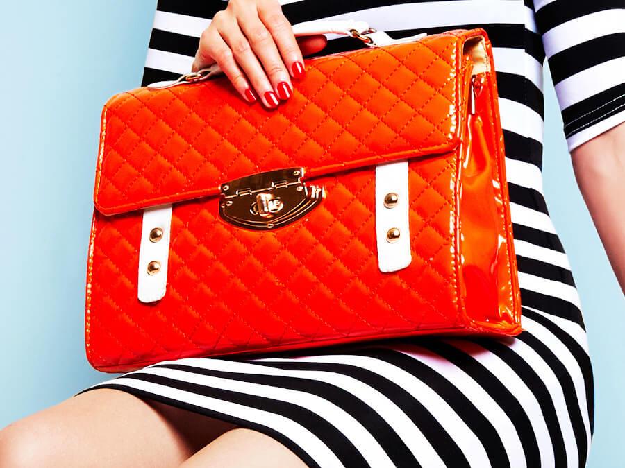 オレンジのバッグ