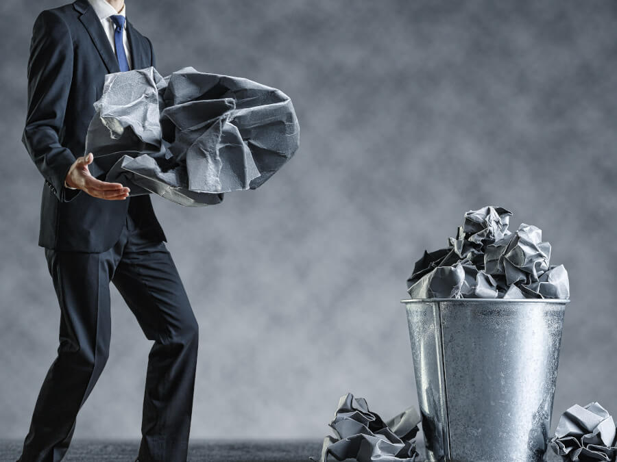 ゴミを捨てる男性