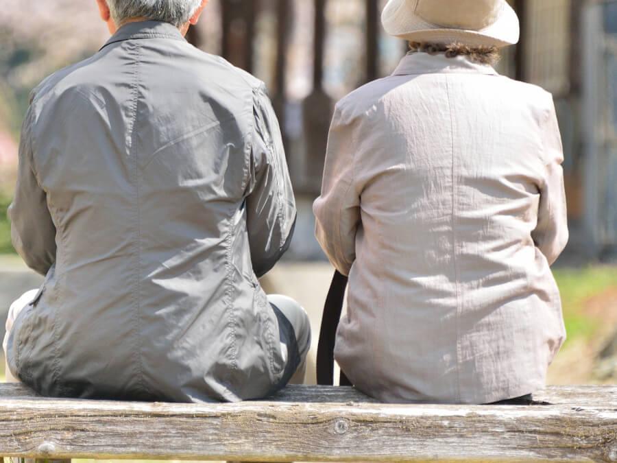 ベンチに座る老夫婦