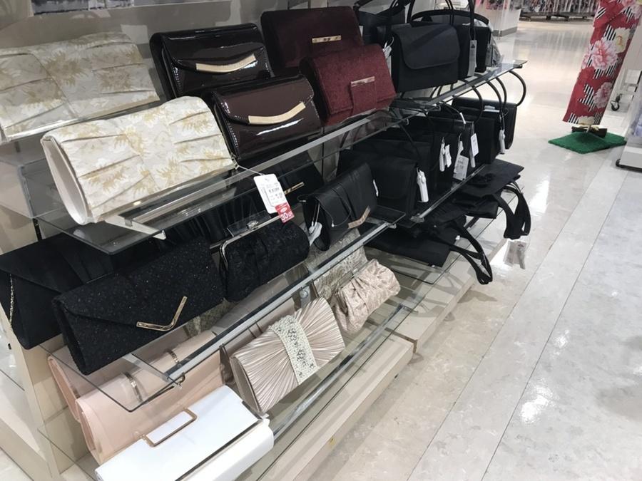 店頭に並ぶバッグ